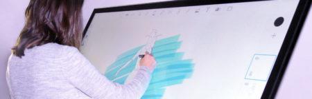 un écran mural avec stylet numérique